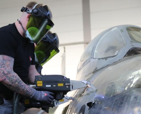 Mitarbeiter der Glatt Laser Process Technology beim Einsatz der mobilen Laserreinigung